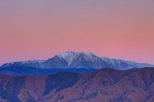 陣場形山から望む仙丈ヶ岳の夕景の写真素材 [FYI02828192]