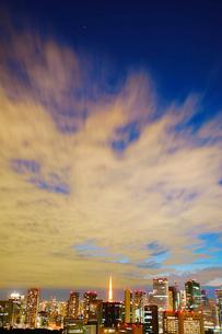明石町から望む西南西方向のビル群と東京タワーの夜景の写真素材 [FYI02828237]