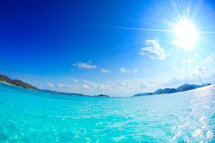 トロピカル色の海と嘉比島など慶良間諸島と太陽の光芒,魚眼の写真素材 [FYI02828254]