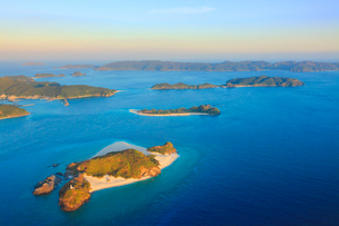 嘉比島と座間味島など慶良間諸島の空撮夕景の写真素材 [FYI02828274]