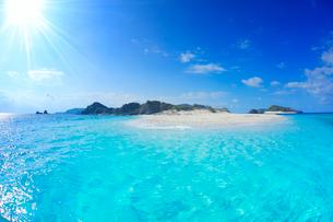 トロピカル色の海と安慶名敷島と太陽の光芒の写真素材 [FYI02828287]
