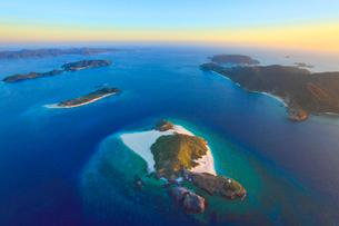 嘉比島と座間味島と阿嘉島など慶良間諸島の空撮夕景の写真素材 [FYI02828288]