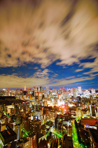 明石町から望む西方向のビル群と夜の流れる雲の写真素材 [FYI02828307]