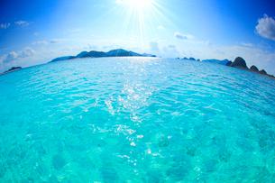 トロピカル色の阿真ビーチの海と嘉比島など慶良間諸島,魚眼の写真素材 [FYI02828325]