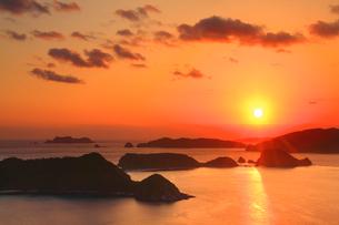 牛ノ島と座間味島など慶良間諸島と朝日の写真素材 [FYI02828341]