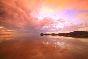 父母ヶ浜の水鏡と夕焼けの写真素材 [FYI02828350]