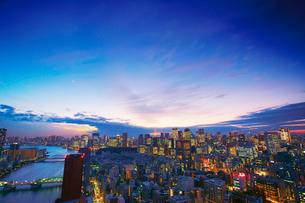薄暮の明石町から望む西南西方向のビル群と東京タワーと隅田川の写真素材 [FYI02828352]