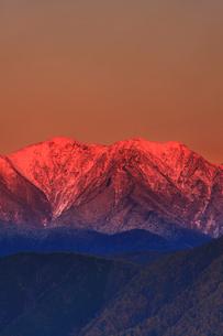 陣場形山から望む仙丈ヶ岳のモルゲンロートの夕景の写真素材 [FYI02828354]