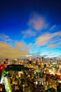 薄暮の明石町から望む西南西方向のビル群と東京タワーの写真素材 [FYI02828364]
