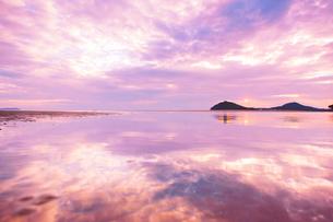 父母ヶ浜の水鏡と雲間の夕日の写真素材 [FYI02828374]
