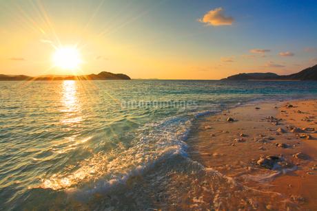 嘉比島の砂州に打ち寄せる波と朝日の写真素材 [FYI02828393]
