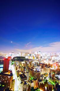 明石町から望む西南西方向のビル群と東京タワーと三日月の写真素材 [FYI02828472]