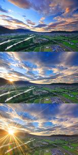 千曲公園から望む千曲川と上田市街と上田原古戦場と朝日の写真素材 [FYI02828475]