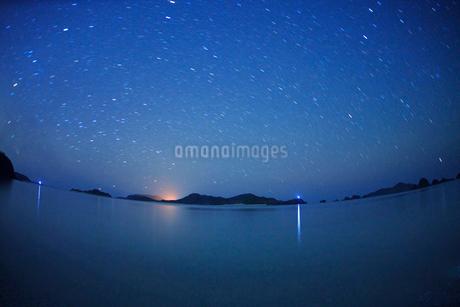 阿真ビーチから望む嘉比島など慶良間諸島と星空,魚眼の写真素材 [FYI02828482]