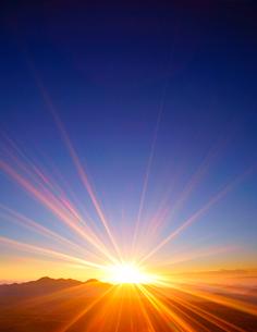 小浅間山から望む鼻曲山などの山並みと朝日の写真素材 [FYI02828488]