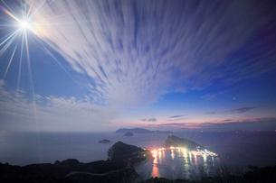 月夜の大堂山展望台から望む柏島と流れる雲の写真素材 [FYI02828506]