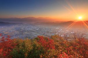 依田城跡から望む丸子市街と烏帽子岳などの山並みと朝日の写真素材 [FYI02828541]