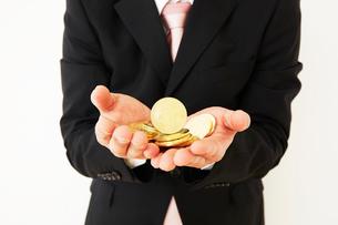 ビットコインを持ったスーツを着た男性の写真素材 [FYI02828596]