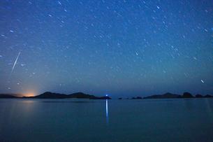 阿真ビーチから望む嘉比島など慶良間諸島と流星の写真素材 [FYI02828701]