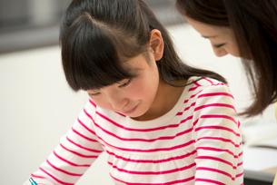 勉強する小学生女子の写真素材 [FYI02828719]