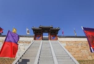 gate, stairs, Tongyeong Sebyeonggwan, Tongyeongの写真素材 [FYI02828739]