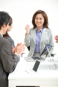 拍手をするビジネスパーソンと女性上司の写真素材 [FYI02828791]