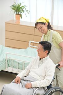車椅子の老人と介護ヘルパーの写真素材 [FYI02828805]