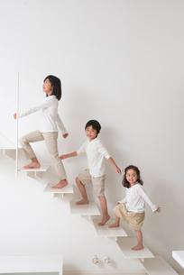 階段を登る子供男女三人の写真素材 [FYI02828846]