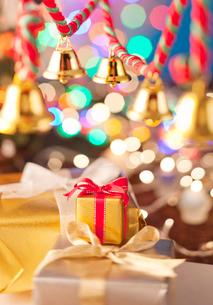 クリスマスの装飾とリボンのプレゼントの写真素材 [FYI02828856]