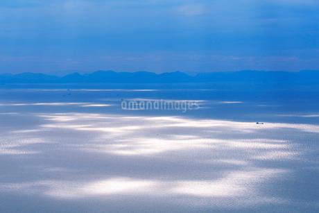 紫雲出山山頂展望台から望む午後の輝く瀬戸内海の写真素材 [FYI02828920]