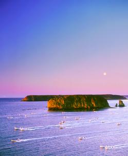 朝の昆布漁出漁と月と小島の写真素材 [FYI02828942]