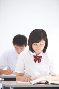 授業中の高校生男女の写真素材 [FYI02829013]
