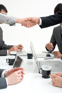 握手する手とビジネスパーソンの写真素材 [FYI02829019]
