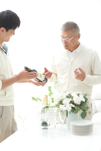 ワインの銘柄を見る父と息子の写真素材 [FYI02829023]
