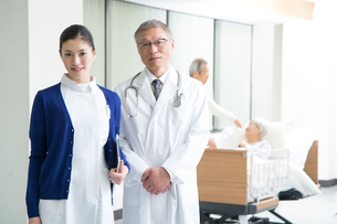 入院シニア患者と医者と看護師の写真素材 [FYI02829027]