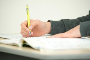 ペンを持つ手とノートの写真素材 [FYI02829030]