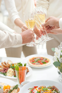 シャンパンで乾杯するホームパーティーの人達の写真素材 [FYI02829099]