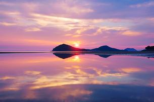 父母ヶ浜の水鏡と夕日の写真素材 [FYI02829106]