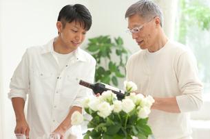 ワインの銘柄を見る中高年父と息子の写真素材 [FYI02829113]
