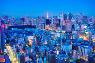 黎明の明石町から望む西南西方向のビル群と東京タワーと富士山の写真素材 [FYI02829129]
