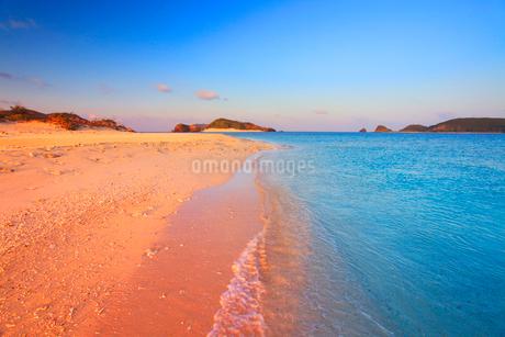 朝日に染まる安慶名敷島の砂州と嘉比島の写真素材 [FYI02829158]