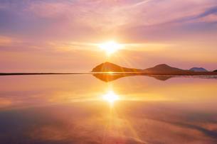 父母ヶ浜の水鏡と夕日の写真素材 [FYI02829161]