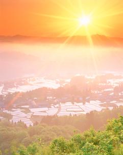 水田地帯と朝日と信濃川の写真素材 [FYI02829162]