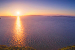 夕陽ヶ丘から望む瀬戸内海と夕日の写真素材 [FYI02829208]