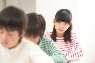 授業中の小学生男女三人の写真素材 [FYI02829224]