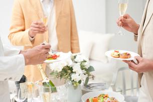 ホームパーティーでオードブルを食べる人達の写真素材 [FYI02829230]