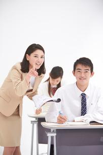 授業中の女性教師と高校生の男女生徒の写真素材 [FYI02829249]