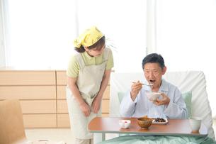 介護ベッドの老人に食事をさせる介護ヘルパーの写真素材 [FYI02829252]