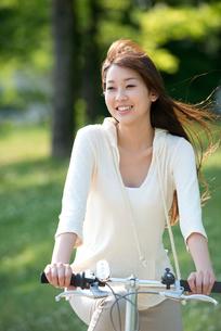 自転車に乗る20代女性の写真素材 [FYI02829260]