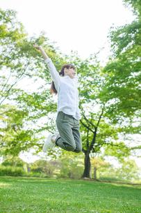 ジャンプする女性の写真素材 [FYI02829305]